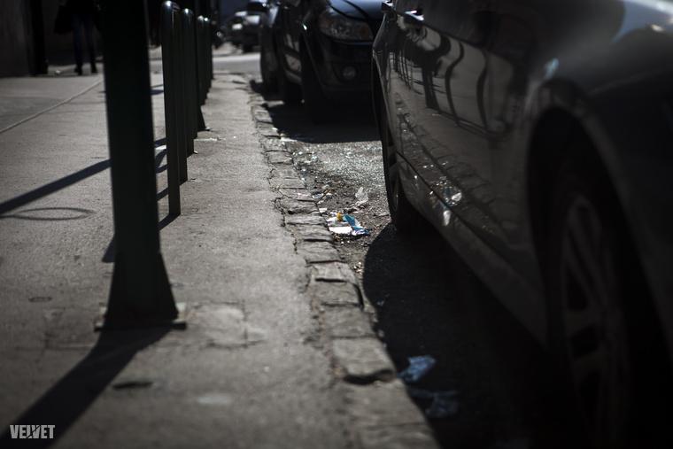 A földön rengeteg a szemét: a kocsik mellett, a járdákon, az utakon ilyenek vannak