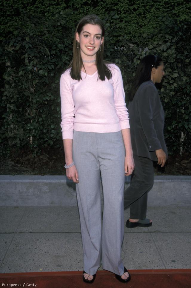 Anne Hathaway, 1999: érdekes választás a vörös szőnyegre a bő, élére vasalt nadrág és a púder színű pulcsi - az akkor még zöldfülű Hathaway valószínűleg nem is sejtette, hogy 2013-ban Oscar-díjat nyer majd a Nyomorultak mellékszerepéért.