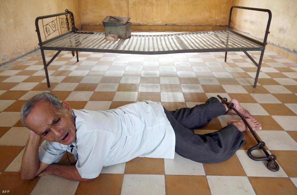 """Bou Meng, az S-21 egyik túlélője a hétből, 2009-ben tért vissza a börtönből kialakított múzeumba. A bebörtönzését, és a túlélését is annak köszönhette, hogy művész volt. Miután áthelyezték az S-21-ből, egy másik börtönben egy éven keresztül festett az életéért. Mindig ugyanazt a képet újra és újra: az Első Számú testvér, Pol Pot """"realisztikus én nemes"""" portréját. Egy képre három napot kapott, és végig abban a tudatban dolgozott, hogy a családját megölték, és ha csak egy festmény is nem tetszik majd a börtön vezetőjének, vagy magának Pol Potnak, őt is kivégzik."""