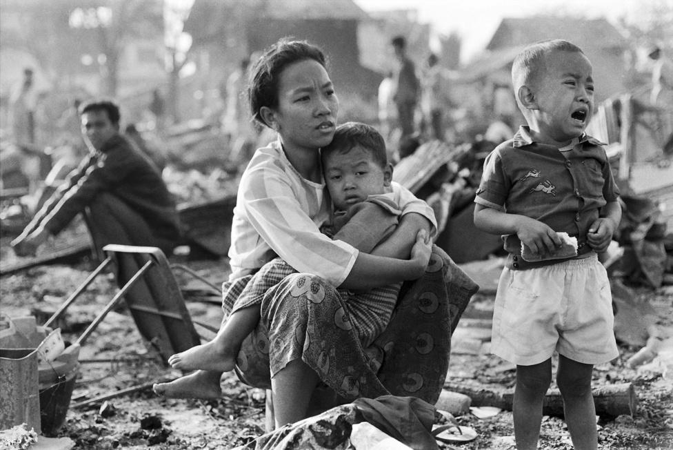 A Vörös Khmer gazdasági alapelve dermesztően hasonlított a mai Észak-Koreáéra: totális önellátás (még a külföldről származó maláriagyógyszerek behozatalát is betiltották, ami sok százezer ember halálát okozta), minden erőforrás mezőgazdaságra koncentrálása, minden elpusztítása, ami az iparral, a nyugattal kapcsolatos. Eltörölték a kereskedelmet, a bankokat, az oktatást, az egészségügyet. Megszüntették a pénzt. Az elpusztítást az emberek esetében is szó szerint kell érteni. Első körben kivégeztek mindenkit, aki szemüveget hordott, mindenkit, aki idegen nyelvet beszélt, mindenkit, akinek egyetemi diplomája volt. A nyugaton élő kambodzsaiakat hazahívták, hogy csatlakozzanak a forradalmi új rendszerhez - aztán kivégezték őket. Kivégezték a szerzeteseket, az orvosokat, az ügyvédeket, a bürokratákat, a rendőröket, mindenkit, aki a gyárakban nem kétkezi munkát végzett.