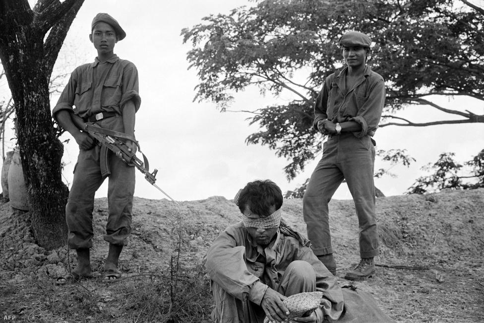 Vietkong hadifogyoly két kambodzsai katona társaságában. Bár az észak-vietnamiak eredetileg szoros szövetségesei voltak a Vörös Khmernek, a hatalomátvétel után nem sokkal háború tört ki a két ország között. A kambodzsai népirtás egyik vezérelve a khmer etnikum felsőbbrendűsége volt, így rengeteg vietnami is áldozatul esett a tisztogatásnak. Sokan menekültek át Vietnamba, és megesett hogy az őket követő vörös khmer csapatok egész falvakat irtottak ki a határ túloldalán. A háború végül a kambodzsaiak területi követelései miatt tört ki, akik a kezdeti előrenyomulás után védekezésbe szorultak, és végül 1979-ben elvesztették a fővárost is. Pol Pot rémuralma így négy éven át tartott.