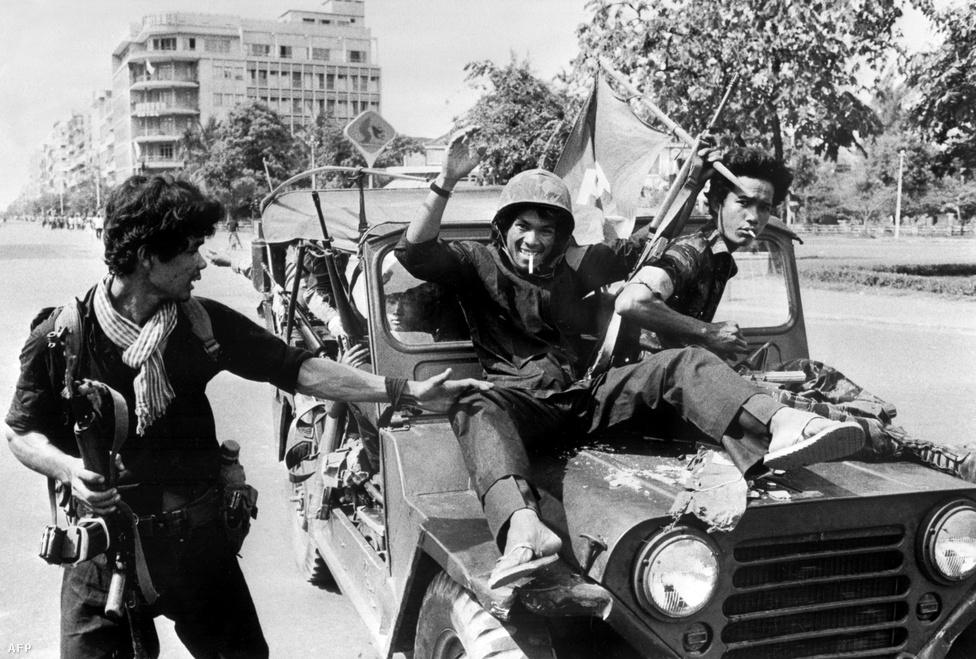 """1975. április 17 - a nap, amikor három és fél hónapos ostrom után elesett Phnom Penh, és a Vörös Khmer átvette a hatalmat. Pol Pot két csoportra osztotta az ország lakosságát: voltak a falvakban élő, mezőgazdasággal foglalkozó, túlnyomórészt khmer nemzetiségűek, ők voltak a Régi Emberek. És voltak a városiak, az Új Emberek, velük kapcsolatban ez volt a hivatalos jelmondat: """"Ha életben maradsz, azzal nem hajtasz hasznot. Ha elpusztulsz, azzal nem okozol veszteséget."""""""