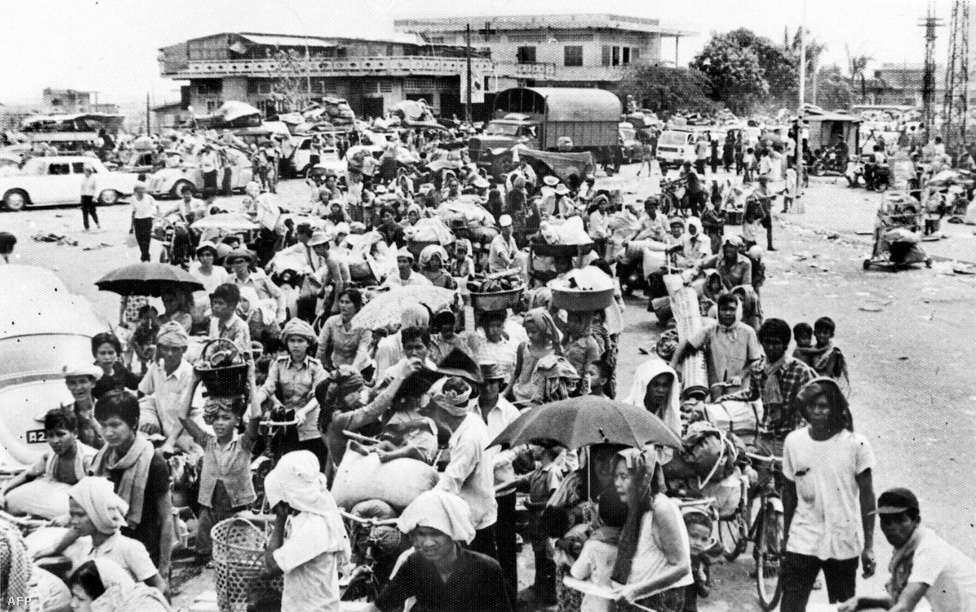 Pol Pot nem csak az ipart, de a városiasodást a nyugati burzsoázia bűnös találmányának tartotta, és megpróbálta megszüntetni. Teljes városokat evakuáltak, és telepítették a lakosságot falvakba. A főváros, Phnom Penh az ostrom előtt 2,5 millió lakosú volt, a hatalomátvétel után a vörös khmerek gyakorlatilag kiürítették, az embereket vidékre telepítették, hogy a rizsföldeken dolgozzanak. A rizs nem csak élelmiszer volt, de a vörös khmerek egyetlen exportcikke: Kína a rizsért cserébe látta el a rezsimet fegyverekkel.