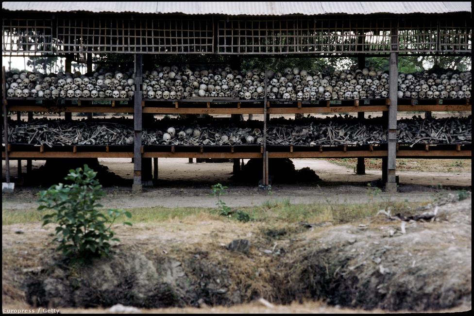 Egy tömegsír feltárása a gyilkos mezőkön a nyolcvanas években. Máig több mint 20 ezer ilyet tártak fel az országban, ezekből összesen 1,3 millió ember maradványai kerültek elő. Az ENSZ becslései szerint emellett a kétmilliót is elérheti azoknak a száma, akik egyszerűen éhenhaltak a vörös khmerek rémuralma alatt.