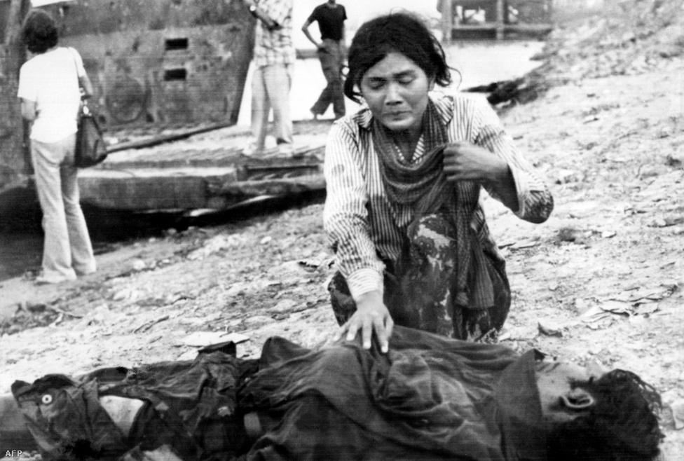 Hogy miért nézte az egész világ tétlenül a kambodzsai népirtást? A geopolitikai helyzet sokszorosan szerencsétlen és érzékeny volt. A vörös khmerek hatalomátvétele a vietnami háború utolsó hónapjaiban történt, ráadásul a háborúban az amerikaiak rengeteget bombázták a vietkongokkal akkor még szövetséges Kambodzsát is. Becslések szerint ez 100-150 ezer áldozattal járt, köztük rengeteg civillel. A nagyhatalmak közül Kína és a Szovjetunió is erősen érintett volt a kambodzsai polgárháborúban, illetve helyi konfliktusokban, és az ENSZ egyszerűen nem mert lépni, nehogy egy újabb Vietnam legyen a dologból, vagy valami még rosszabb. A vörös khmerek számüzetésben levő kormányként egészen 1982-ig képviselték az országot az ENSZ-ben.