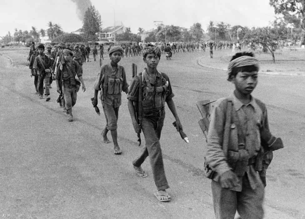 """A vörös khmer kifejezés a világ sok nyelvében """"khmer rouge""""-ként él, a francia szó a vörösre a mozgalom francia gyökereire utal. A diktatúra későbbi vezetői Párizsban, egyetemistaként  ismerkedtek meg egymással, és a kommunizmus eszméivel az ötvenes években. Az ideológiájukat marxizmusból, egészen szélsőséges nacionalizmusból és idegengyűlöletből kotyvasztották össze. Pol Pot a középkori angkori birodalom visszaállítását tűzte ki célul, az akkori, mezőgazdaságra és önellátásra épülő életformával együtt, amit a kommunizmus egyfajta primitív verziójaként értelmezett. Az eredeti neve egyébként Saloth Sar volt, a Pol Potot a hatalomátvétel után vette fel. A francia """"politique potentielle"""" kifejezés rövidítése, nagyjából annyit tesz, rátermett politikus."""