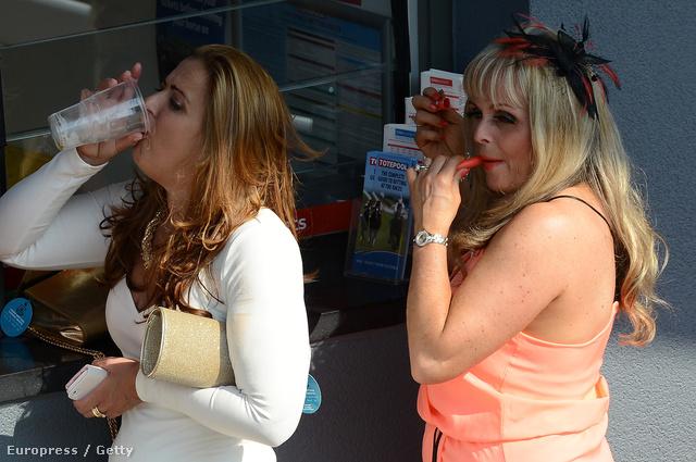 Imádjuk, amikor az angol nők lóversenyre mennek, az egyik kedvenc helyszínünk abszolút a liverpooli Aintree versenypálya. A hölgyek egyszerre piáznak és sminkelnek.