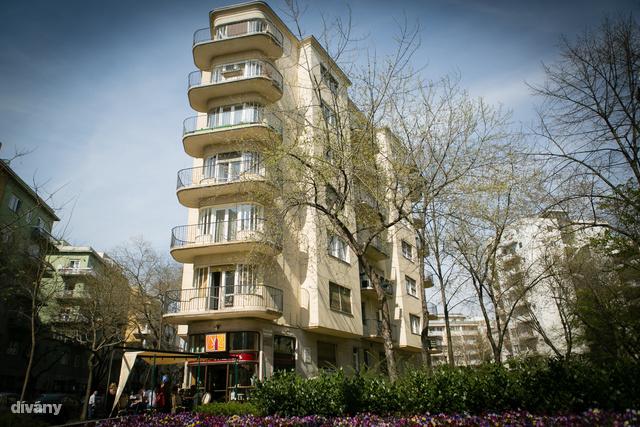 Egy klasszikus Bauhaus ház a Pozsonyi úton, jellegzetes erkélyekkel.