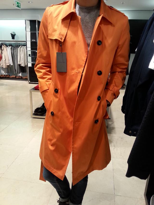 Ez már a ZARA. Ez a narancs trench coat 34 995 forintba kerül.
