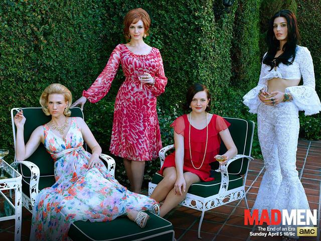 Betty kertvárosi feleségként virágmintás ruhában, míg Megan hasvillantós felsőben, trapéz nadrág önálló színésznőjelöltként pózol.
