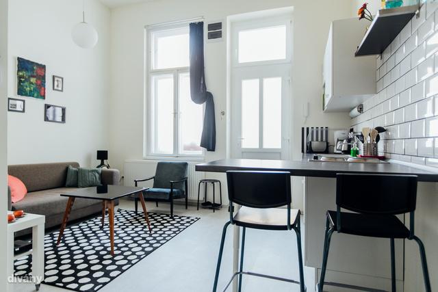 A fehér szín dominál az első lakásban.