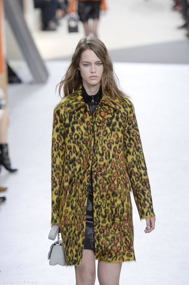 Leopárdmintás kabát a Louis Vuitton kifutóján.