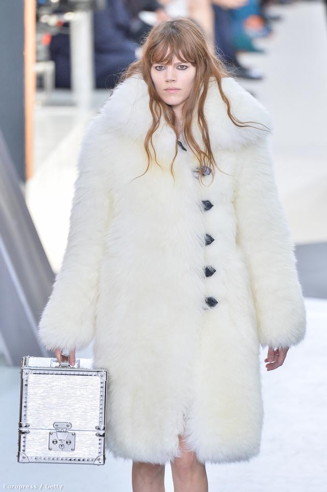Hófehér bunda a Louis Vuitton kifutóján.
