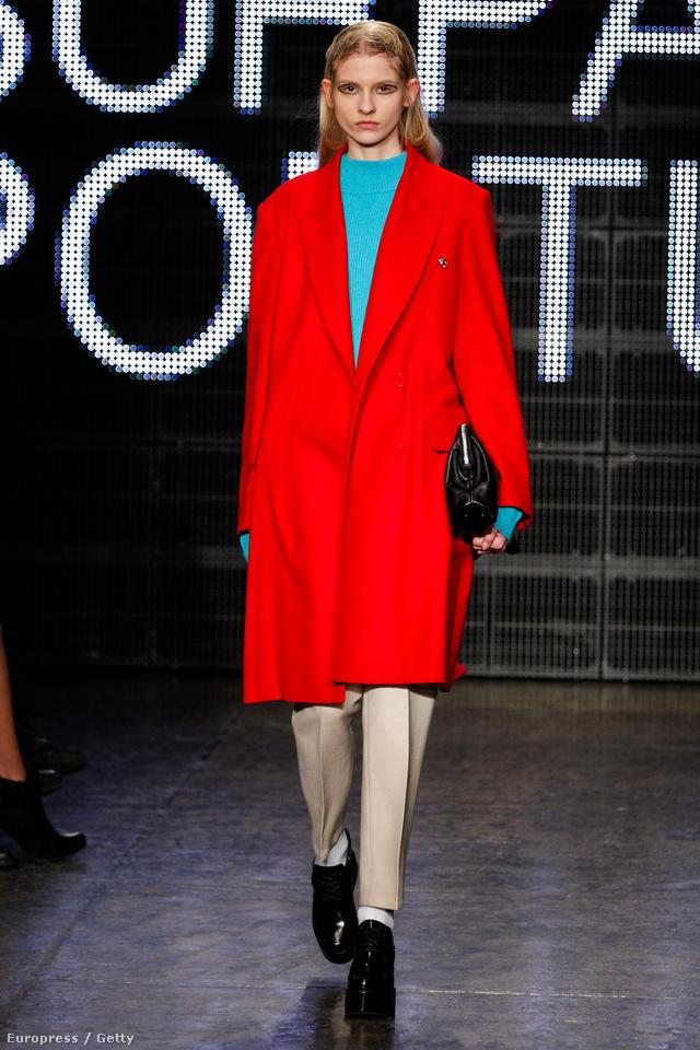 Piros kabát a DKNY kifutóján.