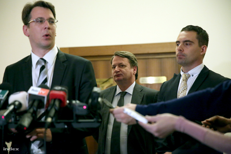 Mirkóczki Ádám, az Országgyűlés nemzetbiztonsági bizottságának jobbikos tagja (b), Kovács Béla, a Jobbik EP-képviselője (k) és Vona Gábor, a Jobbik elnöke (j) az Országgyűlés nemzetbiztonsági bizottságának zárt ülése után a Képviselői Irodaházban 2014. május 19-én.