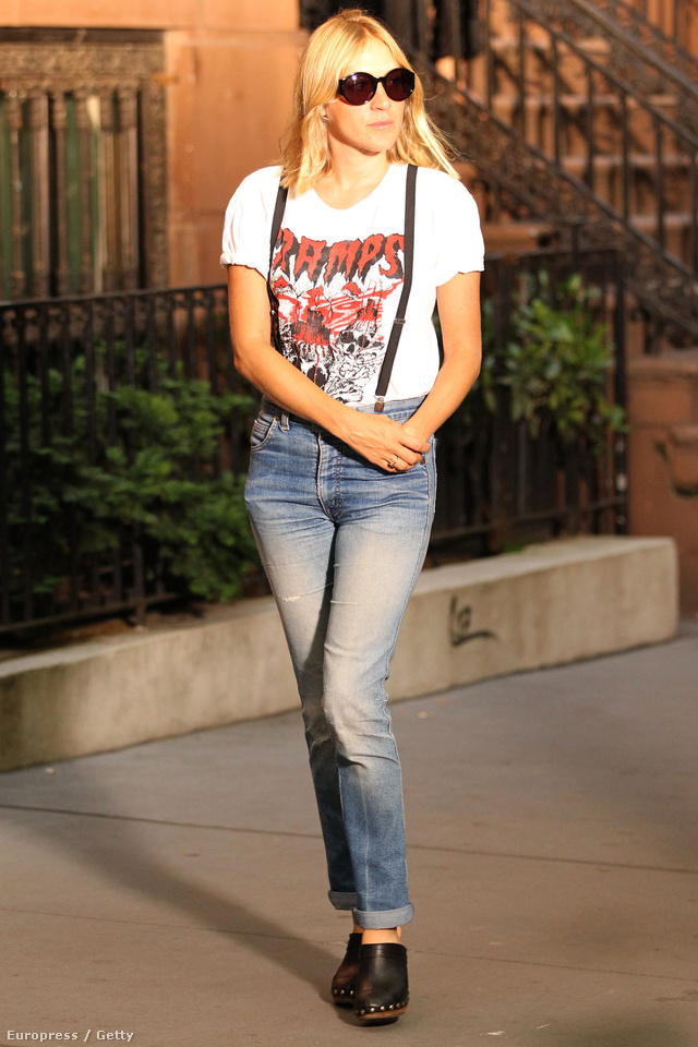 Chloe Sevigny farmerrel,  vékony pántos hózentrógerrel és egy vagány pólóval dobta fel klumpáját New Yorkban.