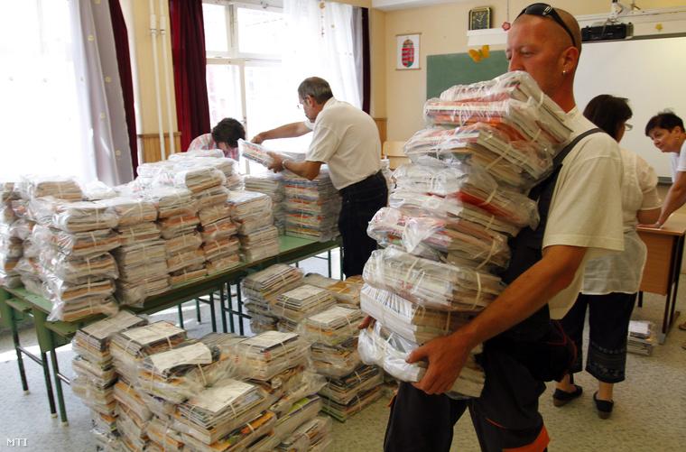 Tankönyvcsomagokat pakolnak a miskolci Szabó Lőrinc Általános Iskolában 2014. augusztus 6-án