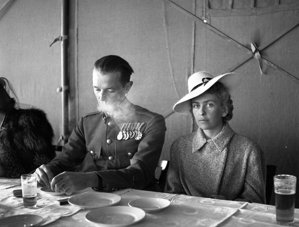 Lissák Tivadar, a lelkes és jó szemű fotós végigfényképezte az 1934 és '48 közötti éveket, családja pedig gondosan őrizte később is a 8000 negatívot, pedig azért néhány képet elnézve lehetett ebben némi kockázat, mondjuk az ötvenes években. Bár mérnökemberként nem a fényképezés volt a szakmája, hobbiját meglehet ősen komolyan vette, képei a hivatalos és az amatőr fotózás jellegzetességeinek keveredését mutatják. Mindvégig ugyanarra a nyersanyagra, azonos technikával fotózott - legyen szó az akkor zajló országos villamosítás propagandaképeiről, családi fotókról, kórusfelvételekről, vagy éppen közéleti eseményekről.