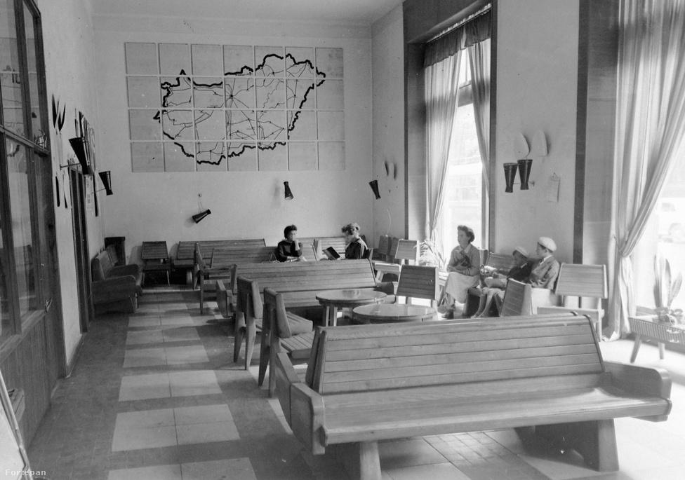 Autóbusz-állomás, a falon egy pazar - talán tűzzománc-technikával készült? - Magyarország-térkép. Többek között éppen a térkép, illetve a járatok Szeged-centrikussága segített a megfejtésben néhány fórumozót. Ahogy az önök helyesen megfejtették, a kép Szegeden, a Takaréktár utcai Mávaut-buszállomás várótermében készült.