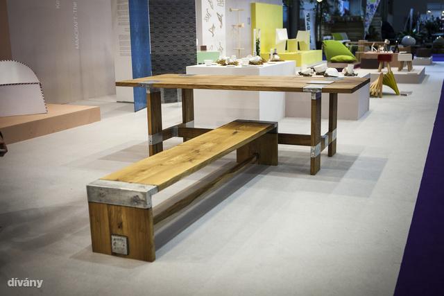 Kiss Dávid, a Thebakker Manufactory alkotója tervezte ezt az asztalt, amelybe rögtön beleszerettünk. A hatalmas és robosztus asztal újrahasznosított faanya és olvasztott fém ötvözésével készülnek el, mégpedig különleges módon. A fém megolvasztása után kerül a fára, majd a hűlés közbeni zsugorodik össze, így alkotva egészen fantasztikus felületet.