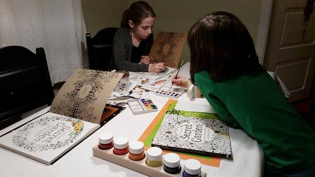 A legkeresettebb skót illusztrátor, Johanna Basford mindkét (Secret Garden és Enchanted Forest) felnőtteknek készített kifestője után kapkodtak a könyvesboltokban.