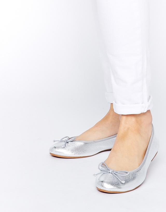 Az Asos 5060 forintba árazta be balerina cipőit.