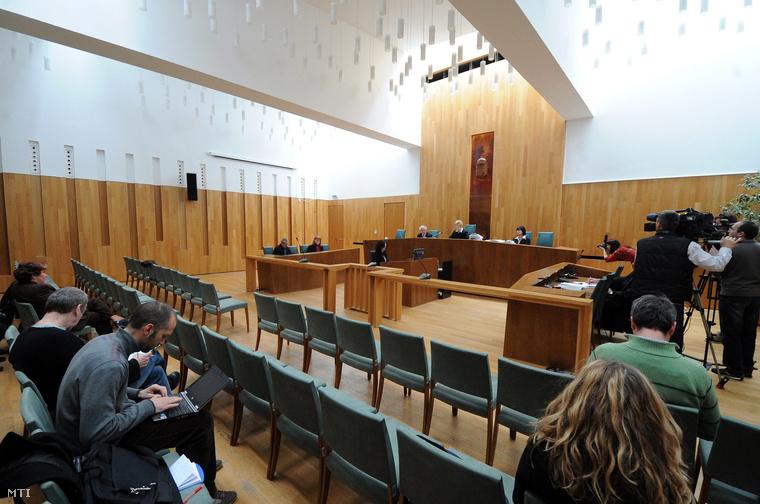 Bencze Beáta bíró (szemben k) az ítéletet indokolja a Wolf Gyula katolikus pap a Pécsi Egyházmegye gazdasági bűncselekményekkel vádolt volt vagyonkezelője ellen indított büntetőper tárgyalásán a Pécsi Törvényszéken 2014. március 5-én.