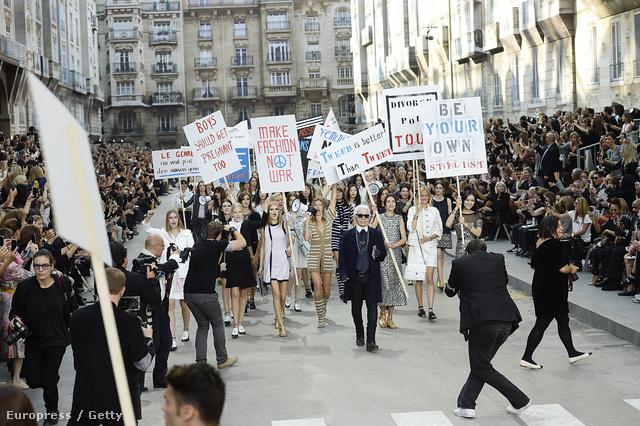 Lagerfeld a Chanel divatbemutatójának fináléján vonul