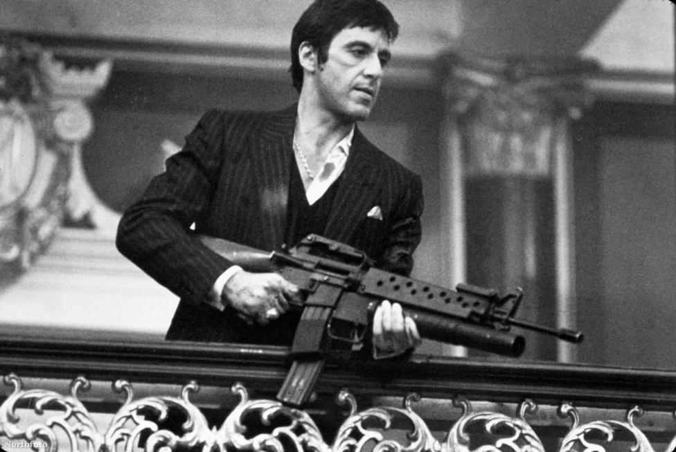 """Al Pacino a 80-as években is tovább öregbítette gengszterfilmes hírnevét: 1983-ő alakította a géppuskával rohangáló drogbárót, Tony Montanát a Miami Vice-stílusú A sebhelyesarcúban. Ez volt az a mai napig ezerszer újranézhető klasszikus, amivel Brian De Palma örökre beírta magát a maffiafilmes szentháromságba Francis Ford Coppola és Martin Scorsese mellé. Al  Pacino sokszor nyilatkozott úgy, hogy Tony Montana volt a kedvenc szerepe, ami érthető: jó nőkkel, pénzhegyekkel és óriási fegyverarzenállal körülvéve 226 alkalommal kiabálhatta kubai akcentussal azt, hogy """"Fuck!"""". Fimtörténeti érdekesség: De Palma először Pacino barátjának és nagy riválisának, Robert De Nirónak ajánlotta fel Tony Montana szerepét, de ő nem vállalta."""