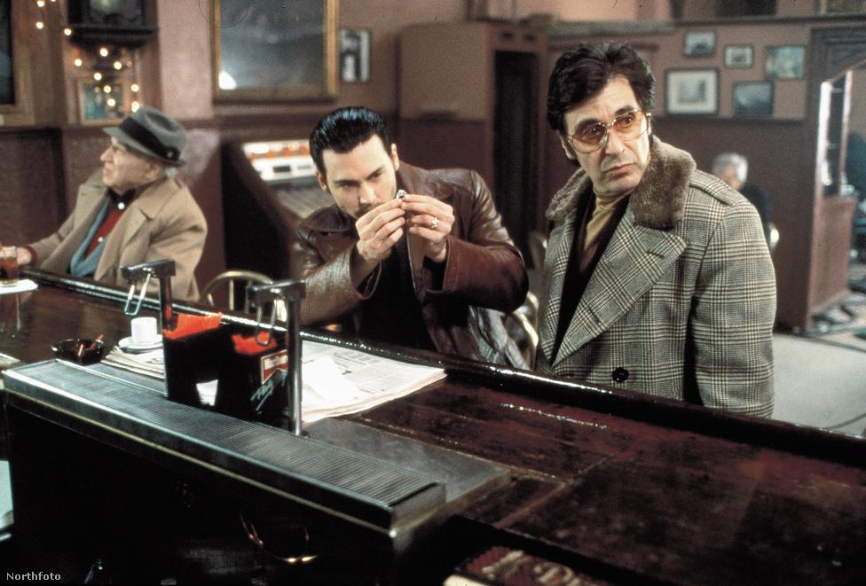 1996-ban újabb maffiafilmet forgatott Fedővene: Donnie Brasco címmel, amiben ezúttal a kalózkorszaka előtti, még hihetetlenül tehetséges Johnny Depp volt a partnere. A sebhelyesarcúhoz hasonlóan ez a film is igaz történeten alapult. Egy valóságban is létező New York-i bűnözőfejedelem, Lefty Ruggiero életét dolgozta fel, akit tényleg egy Donnie Brasco fedőnéven dolgozó FBI ügynök, Joseph D. Pistone buktatott le. Érdemes a film rendezőjét is megemlíteni, mivel a feszült krimikörnyezetet ugyanaz a Mike Newell mutatta be mesterien, akit többnyire inkább a Négy esküvő és egy temetés vagy  a Harry Potter és a tűz serlege atyjaként szokás emlegetni.
