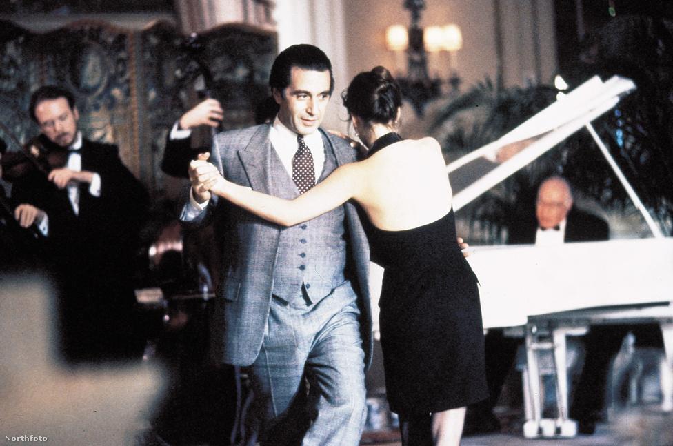 Gengszterfilmes sikerei csúcsán Pacino elvállalta az Amerika fegyverben című, függetlenségi háborús, gigaköltségvetésű kosztümös drámát (28 millió dollárba került, ami óriási összeg, ah azt vesszük, hogy Lucas A Jedi visszatérre 32 milliót költött), ami akkorát bukott a pénztáraknál, hogy a '90-es évekig nem is jelentkezett komolyabb  filmmel. Néhány újabb gengszterzsánerbe tett kirándulás után (Dick Tracy, Keresztapa 3) az Egy asszony illatával tért vissza az A-kategóriás sztárok közé. Ebben a filmben ugyan nem volt se zsaru, se maffiafőnök, mégis imádták a nézők, mert kifogástalan ízlésű, ordibáló, vak alezredesként megtanította a fiatal Chris O'Donnellt, mit kell tudni a nőkről és a Ferrarikról.