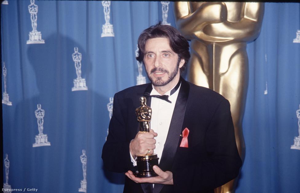 Az Egy asszony illata ugyan nem rengette meg a kasszákat 1993-ban (ez a Jurassic Park, A szökevény és a Schindler listájának éve volt), de a kritikai siker most sem maradt el. Al Pacino a vak tisztért megkapta a második Aranyglóbuszát, a 65. Oscar-gálán pedig a régóta áhított aranyszobor is az övé lett (előtte A keresztapa 1-2-ért, a Kánikulai délutánért, az Az igazság mindenkiéért, és a Dick Tracyért sem kapta meg).