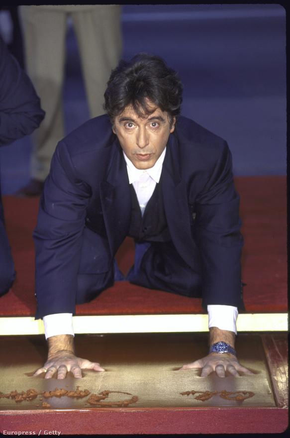 Tudta a kedves olvasó, hogy Al Pacinónak a mai napig nincs csillaga a hollywoodi Hírességek Sétányán - miközben már Chuck Norrisnak, Chevy Chase-nek, Tim Allennek, David Hasselhoffnak és a ZS-filmes Roger Cormannek is van? 1997-ben azért ő is otthagyhatta a kéz- és lábnyomát a Hollywood sugárúton a híres Chinese Theatre előtt, ahol olyan kultfilmeknek tartottak díszbemutatót, mint a Star Wars. Ebben az évben mutatták be egyébként Pacino egyik leghíresebb filmjét, Az ördög ügyvédjét, amiben az ügyvédi világ Gordon Geckójaként vitte bele a rosszba Keanu Reevest.