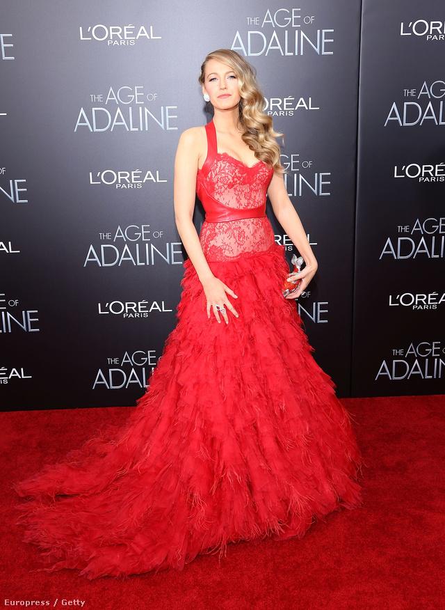 Bőrrel és csipke míderrel berakott piros estélyi ruha Monique Lhuillier 2012-es őszi kollekciójából.