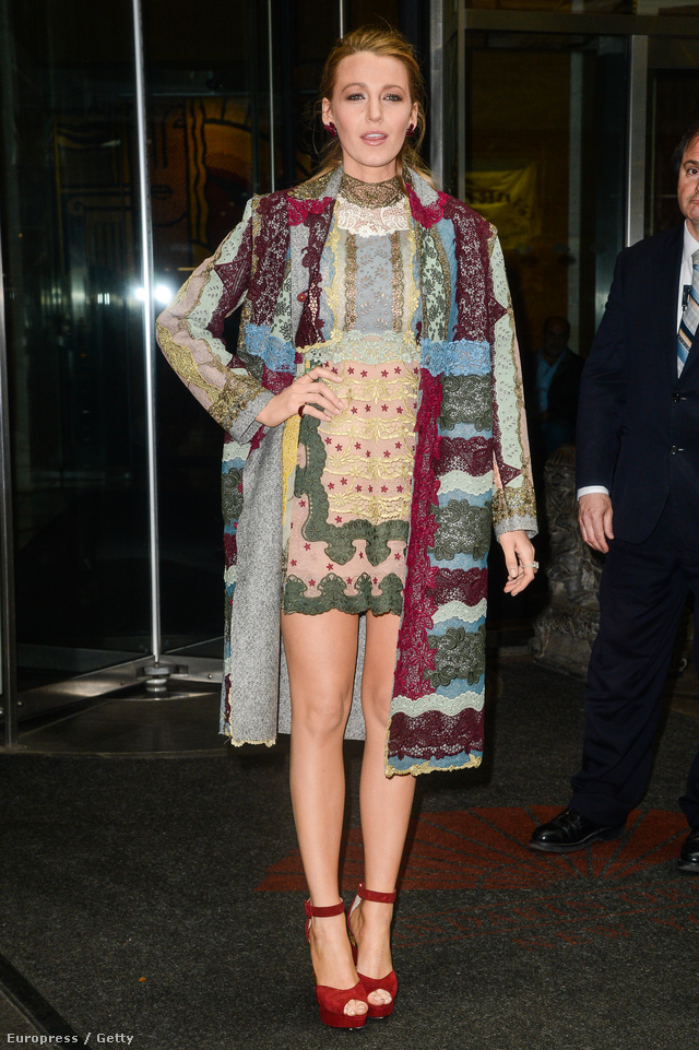 Blake Lively tetőtől-talpig a Valentino 2015-ös őszi-téli kollekciójának viktoriánus stílust idéző csipkézett, magasított nyakkal ellátott miniruhájában, hosszú kabátjában amihez kiválóan passzolt a bokapántos platform szandál.