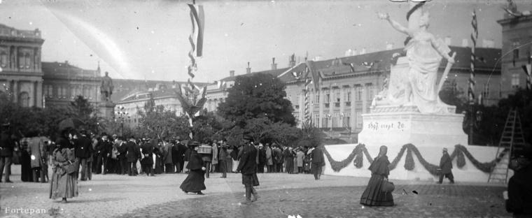 Így nézett ki a mai Széchenyi tér az 1900-as évek elején: a rendőrkapitányság épülete a Hungária szobor és a fasor mögött látható