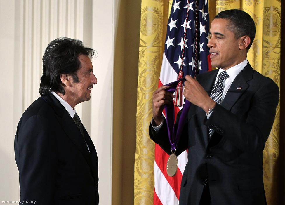 A 75 éves színészlegenda azonban nemcsak egy Oscart, két Emmyt, öt Aranyglóbuszt és 36 egyéb filmes díjat őrizget odahaza a vitrinjében. 2012-ben Barack Obama elnök személyesen adta át neki az amerikaiak Kossuth-díját, a National Medal of Arts-t, ami egy hollywoodi színész számára a legmagasabb szintű állami kitüntetésnek számít.