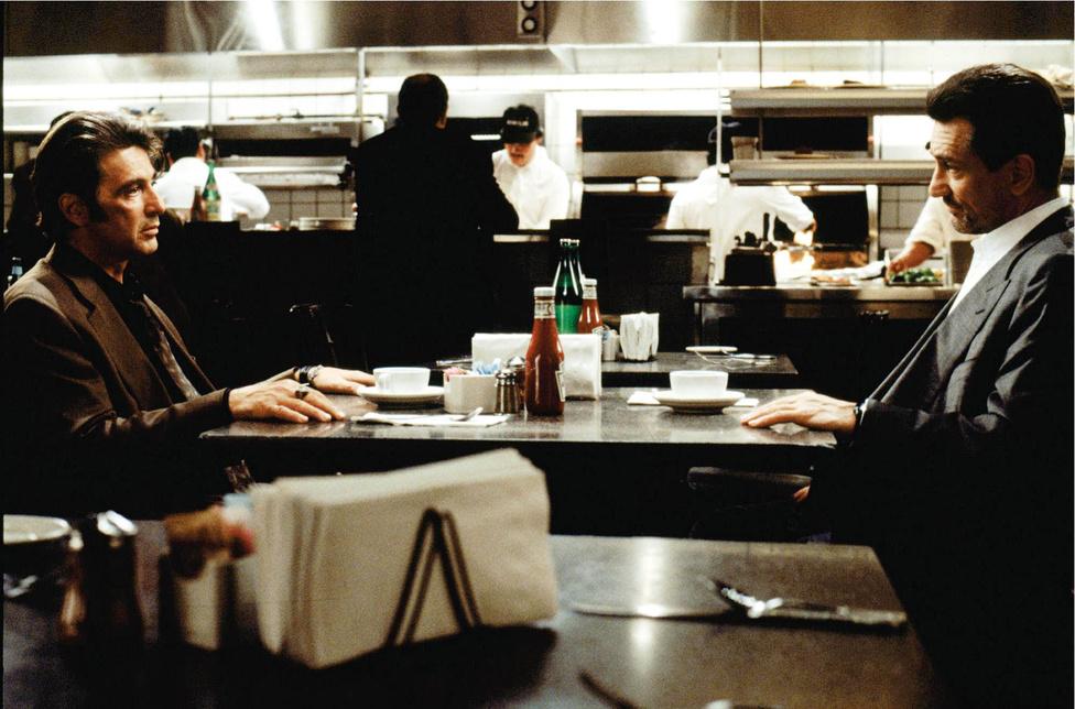 Bár Al Pacino és Robert De Niro is főszereplők voltak A keresztapa 2-ben, az apa-fia viszony miatt egyetlen képkockán sem szerepeltek együtt. Ezért szólt óriásit 1995-ben Michael Mann akcióthrillere, a Szemtől szemben, amiben Hollywood kedvenc gengszterét (De Niro a filmvilág közönségkedvenc, morcos zsaruja (Pacino) üldözte, és nem elég, hogy macska-egér harcot játszottak egymással, a kultikus éttermi jelenetben egy asztalhoz ültek. Sajnos a sztárpáros ugyanezt a sikert nem tudta megismételni 2008-ban A törvény gyilkosával, ami megbukott a pénztáraknál: 60 millió dollárba került, és csak 78 milliót szedett össze a mozikban.