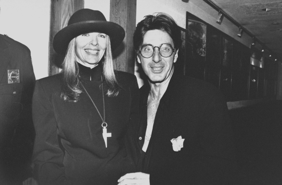 Híres hódításai persze neki is voltak. Jill Clayburgh színésznővel például 1970 és 1975 között élt együtt, Beverly D'Angelóval pedig 1996-ban jött össze, de az ikreik (Olivia Rose és Anton James Pacino) megszületése után szétmentek. A fenti kép 1989-ben készült Pacinóról, amint kolléganőjét, Diane Keatont ölelgeti - állítólag a '70-es évek elejétől egészen a '90-es évek közepéig elhúzódott a sajátos, se veled-se nélküled viszonyuk.