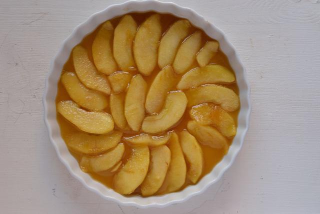 A karamellizált almatöltelék a piteformában