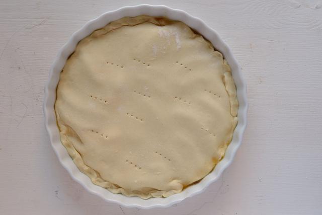 Az almatölteléket betakartuk a leveles tésztával