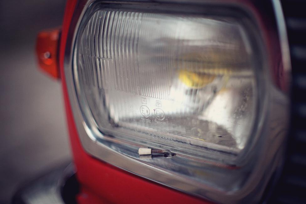 Egyszerű találmány: ha forr a motor, akkor egy bovden segítségével az utastérből lehet kinyitni a hűtőrács mögötti lamellákat, hogy a kis plusz menetszél jobban hűtsön