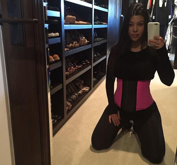 Kourtney Kardashian szülés után szorítja el magát fűzővel.