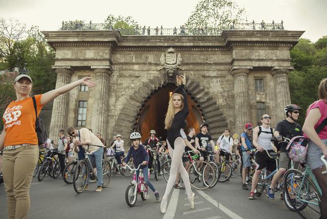 Noémi, a Magyar Táncművészeti Főiskola hallgatója a Clark Ádám téren ugrott be a biciklis tömegbe.
