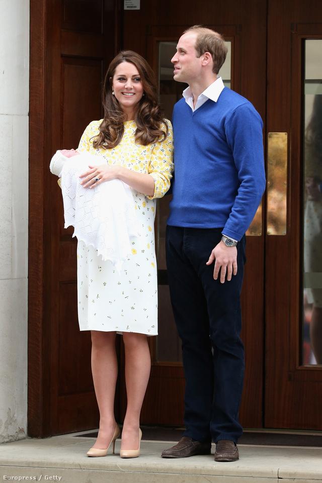 A makulátlanra sminkelt és fodrászolt hercegné fehér alapon sárga virágos, egyenes szabású, térdig érő ruhát és bézs magassarkú viselt, amikor először a nyilvánosság elé lépett lányával.