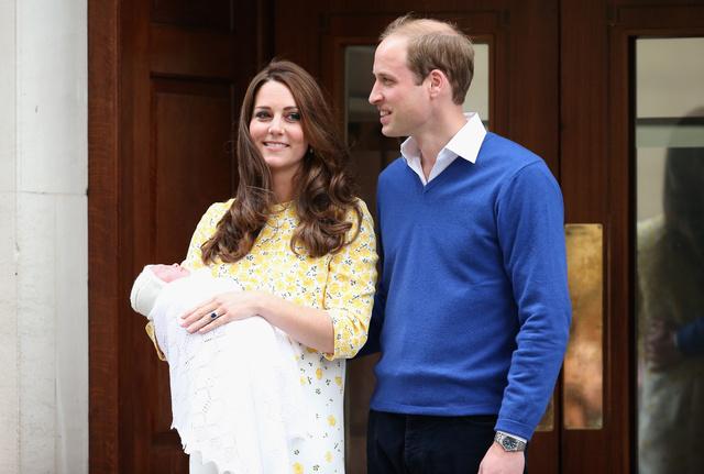Az újszülöttet magyar idő szerint 19:12 perckor már meg is mutatták a kíváncsi tömegeknek. (Vilmos és Katalin egyébként 19:18-kor már haza is indult György herceg kistestvérével a Kensington Palotába.)