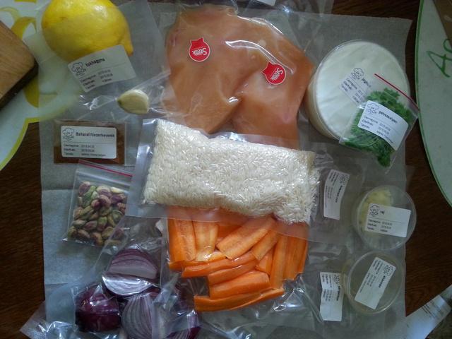 Én főzök vacsorája, fűszeres csirke karamelizált répával és pisztáciás rizzsel.