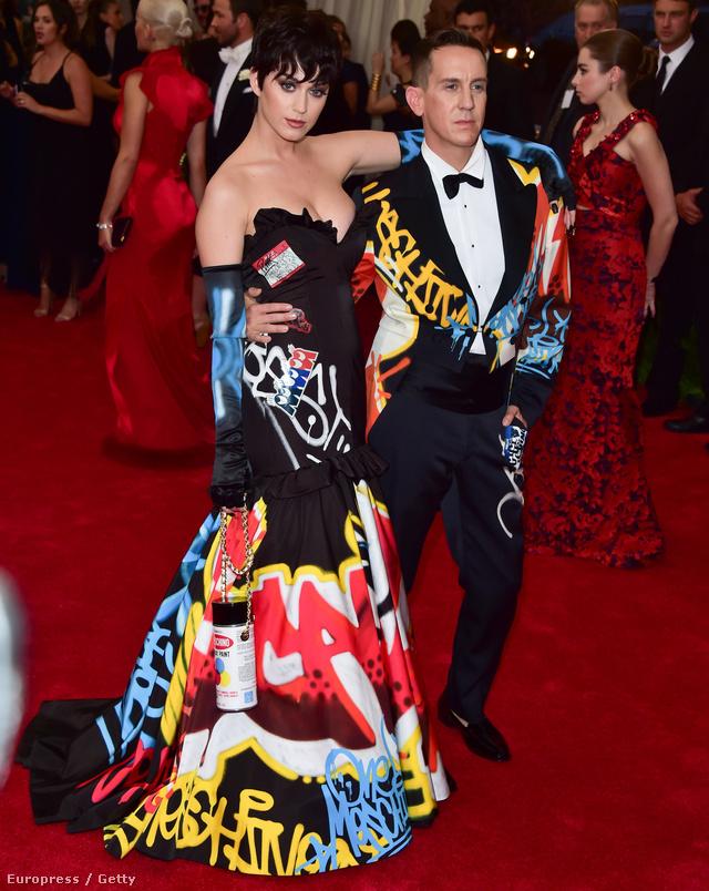 Jeremy Scott, a Moschino vezetőtervezője és Katy Perry, aki valamiért úgy gondolta, hogy ebben a ruhában csak flegmán lehet pózolni.