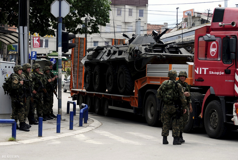 Sérült rendőrségi páncélozott járművet visznek el Kumanovóból