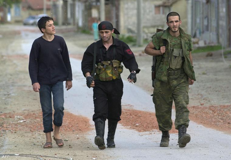 A koszovói felszabadító hadsereg (UCK) tagjai a macedóniai Slupcaneban 2011-ben